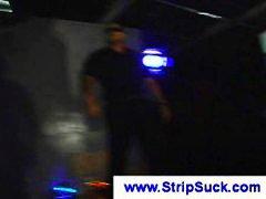 Ознаке: grupnjak, pušenje kurca, muškarac-go žena-obučena, striptiz.