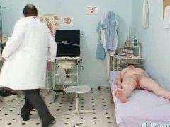 Oznake: ginekolog, riđokosa, doktor, medicinski.