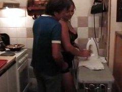 Oznake: zrele žene, kuhinja, smiješno, plavuša.