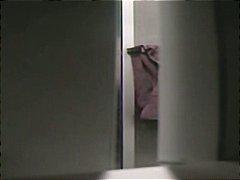 Oznake: v kopalnici, amaterji, voajer, skrita kamera.