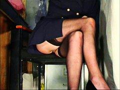Ознаке: devojka, kratka suknja, čarape, kancelarija.