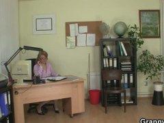 Tags: pusmūža sievietes, vecmāmiņas, birojā, lēdijas.