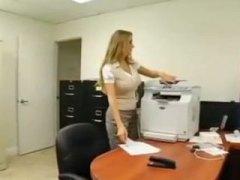 Žymės: biure, šikna, sekretorės, spermos šaudymas.