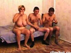 Oznake: žena i dva muškarca, momak, mama, cumshot.