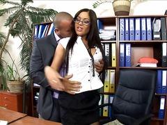 Žymės: sekretorės, biure, kojinės, aukštakulniai.