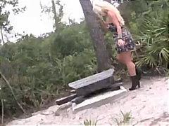 Sildid: suured rinnad, stripp, blondid, avalikus kohas.
