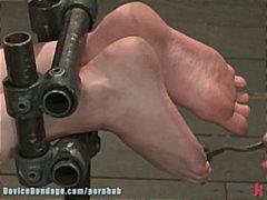 Тагови: пенетрација со рака, плавуша, вибратор, врзани.
