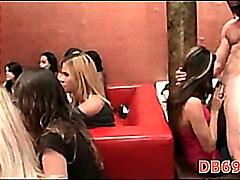 Tag: pesta, perempuan berpakaian lelaki bogel, hisap konek, kelab.