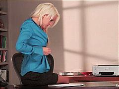 Žymės: striptizas, blondinės, biure, nuskusta.