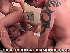 Oznake: porno zvijezda, plavuša, cumshot, dvije žene i muškarac.