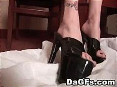 Ознаке: meka pornografija, fetiš na stopala, tetovaža, ženska dominacija.