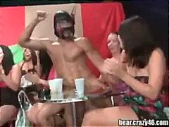 Ετικέτες: πάρτι, μεθυσμένη, γδύσιμο, τσιμπούκι.