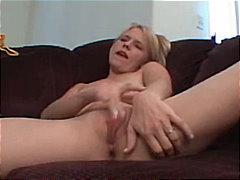 Oznake: orgazem, amaterski pornič, blondinka, masturbacija.