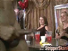 Ознаке: striptiz, realno, realno, muškarac-go žena-obučena.