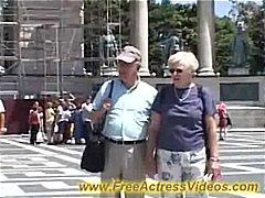 Tagy: postříkaný holky, brunetky, nahota na veřejnosti, venku.