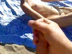 Žymės: rusės, spermos šaudymas, paplūdimyje.