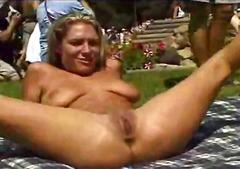 Oznake: mehka erotika, v javnosti, velike joške.