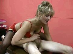 Tagy: zralý ženský, vyvrcholení, prsa v akci, punčochy.