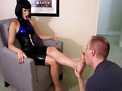 Ознаке: fetiš na stopala, lateks, ženska dominacija.