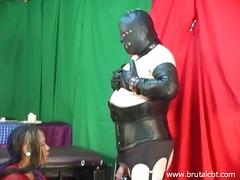 Žymės: dominantė, skausmas, vergas, valdovė.
