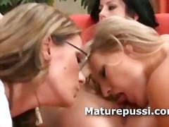 Тагови: зрели за секс, секси гаќички, напалено, тројка.