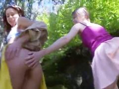 Žymės: lauke, lesbietės, paaugliai, su pirštu.