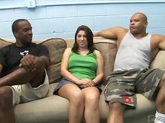 Taggar: kjol, 2 män 1 kvinna, tonåringar, brunett.