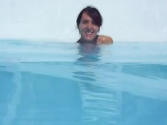 Тагови: избричена, базен, бринета, пиче.
