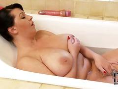 Теги: в ванной, брюнетки, сиськи, натуральные сиськи.