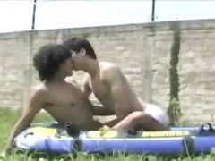 Žymės: gėjų porno, oralinis seksas, jaunieji gėjai, lauke.
