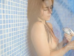 태그: 브루넷, 얼굴성교, 샤워, 놀리기.