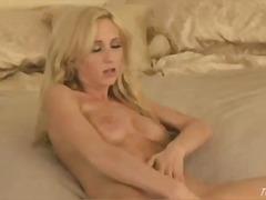 Žymės: blondinės, pienas, seksas tarp krūtų, šikna.