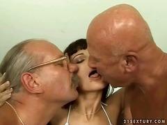 Ознаке: penetracija, grupnjak, muškarci, starije.