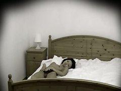 Oznake: voajer, joške, postelja, skrita kamera.
