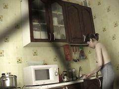Ознаке: vojadžer, bez gornje odeće, devojka, kuhinja.