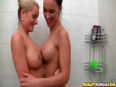 Tags: lesbietes, dušā, erotika.
