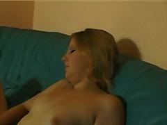 Tags: masturbācija, kārdināšana, dīvāns, mazi pupi.