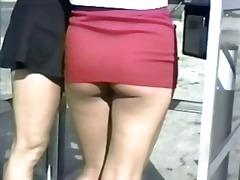 Ознаке: kratka suknja, javno, velike sise, izbliza.