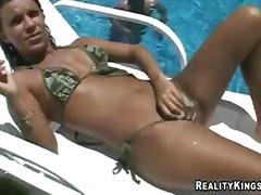 Тагови: базен, туш.