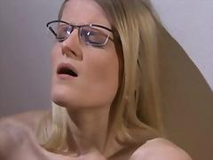Tags: blondīnes, masturbācija, pirksti pežā, brilles.
