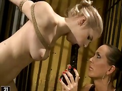 Etiquetas: bondage y sado, lesbiana.