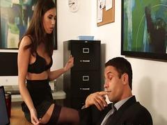 Taggar: sekreterare, brunett, bröst, stora bröst.