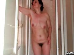 Tags: spalvainās, dušā, lieli dibeni, pusmūža sievietes.