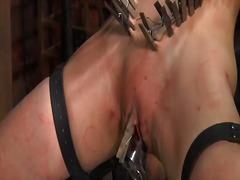 Žymės: pažeminimas, bandažas, merginos, vergas.