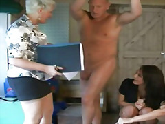 Taggar: grupp, voyeur, avrunkning, klädd kvinna naken man.