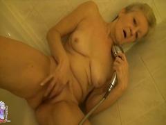 Tags: masturbācija, izskūtās, dušā, pusmūža sievietes.