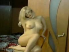 Thẻ: trực tiếp, trên webcam, tóc vàng, đeo kính.