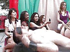 Taggar: klädd kvinna naken man, fest.
