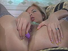 Žymės: nailonas, blondinės, dideli užpakaliai, masturbacija.